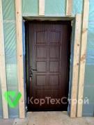 Установлены двери с отделкой из корабельной фанеры